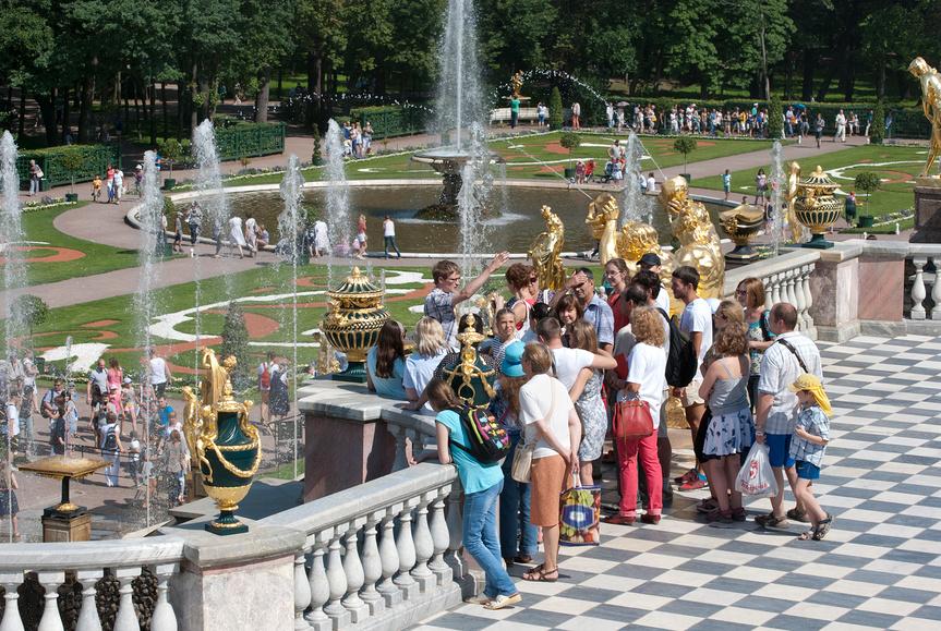 Экскурсионная группа возле Большого каскада в Петергофе