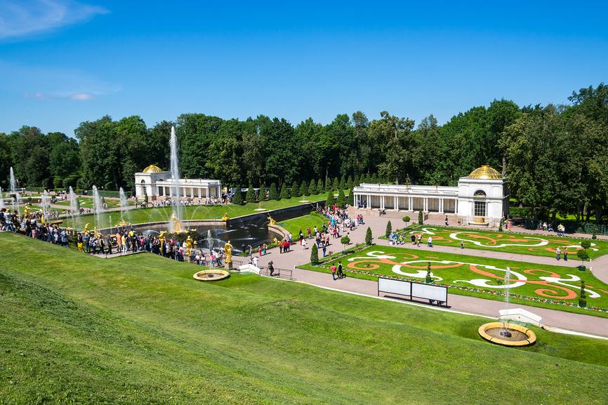 Фрагмент Нижнего парка Петергофа. Вид на Воронихинские коллонады