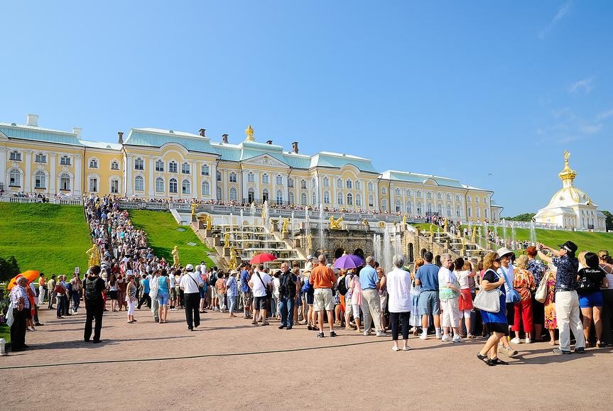 Многочисленные туристы на открытии фонтанов
