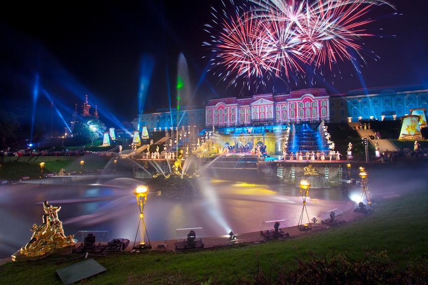 Фейерверк в честь праздника закрытия фонтанов