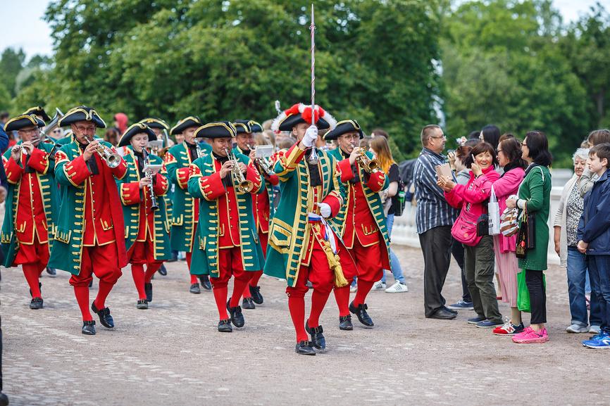 Музыканты оркестра в костюмах петровской эпохи